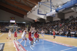 España derrota a Japón ante un Son Moix volcado