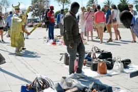 Identificados 37 vendedores ambulantes en un control policial en Alcúdia y Pollença