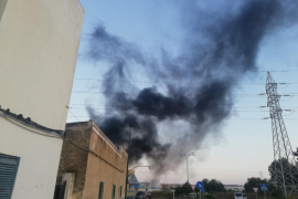 Imagen del humo que emitió la central el jueves por la tarde