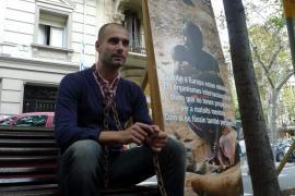Guardiola posa encadenado para promocionar un documental sobre enfermos mentales