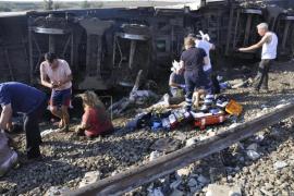 Al menos 24 muertos al descarrilar un tren en Turquía