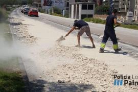 Un camión pierde su carga en el camino de Gènova de Palma