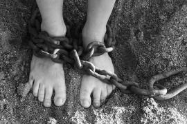 Ata a su hija con una cadena tras sufrir un arrebato