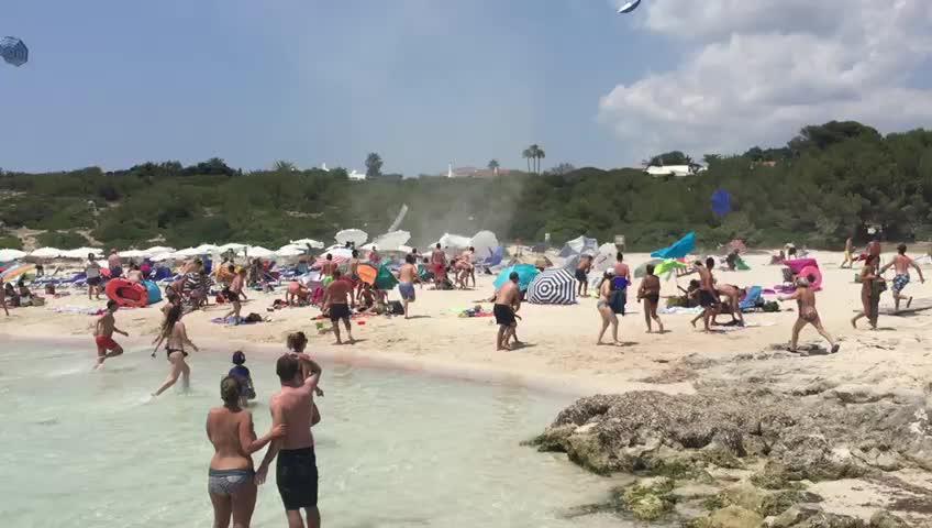 Pánico en la playa de Binibèquer por la aparición de un remolino de verano