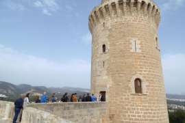 Condenada a medio año de cárcel por escribir los nombres de su familia con una horquilla en una torre del Castell de Bellver