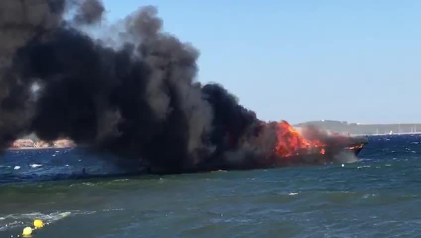 Espectacular incendio de dos embarcaciones fondeadas en Sant Antoni