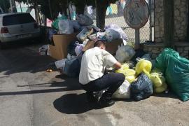 Emaya denuncia a varios vecinos por depositar residuos fuera del contenedor