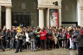 Cerca de 200 artistas protestan frente al Teatro Principal por la supresión de ayudas