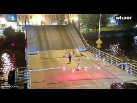 Una ciclista a punto de ser aplastada por un puente levadizo