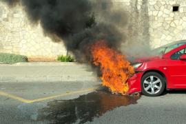 Arde el motor de un coche frente al cementerio de Palma