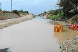 Las obras del tren se convierten en una 'vía fluvial' e impiden el paso de vecinos