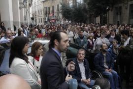 Unas 300 personas piden frente al Parlament el pago a las  entidades sociales