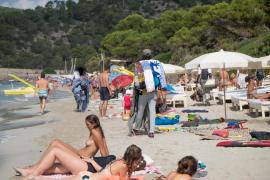 La venta ambulante en la playa de ses Salines, en imágenes (Fotos: Mohamed Chendri).