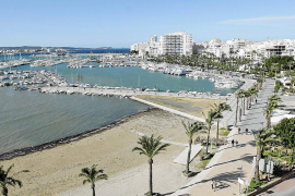 Un hotel de Sant Antoni se niega a devolver los pasaportes a tres turistas por ruidosos
