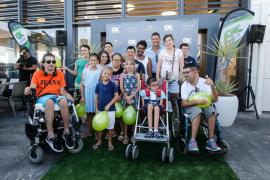 Las mejores imágenes de Paris Hilton con los niños de Apneef en Ibiza (Fotos: Arguiñe Escandón).