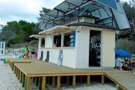 Uno de los chiringuitos nuevos que han instalado en la playa d' Es Trenc.