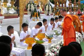 Los niños rescatados en la cueva de Tailandia son ordenados monjes budistas