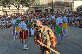 Las danzas de los Cossiers y el Dimoni llaman a la fiesta en la Revetla de Sant Jaume