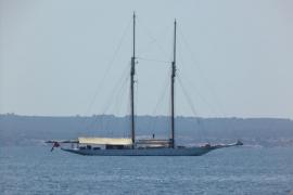 La majestuosa goleta 'Germania Nova' fondea en la bahía de Palma