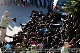 Salto masivo a la valla de casi 600 inmigrantes para llegar a Ceuta