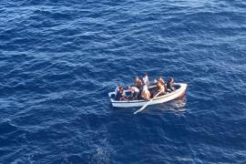 Llega una patera con 11 inmigrantes a Cala Figuera