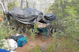 La Policía Local desmantela un asentamiento ilegal en la zona boscosa de Cala Nova