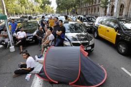 Los taxistas pasan la segunda noche consecutiva en el centro de Barcelona