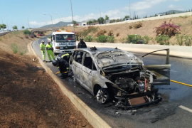 Calcinado un taxi que ha ardido en la carretera del aeropuerto de Ibiza