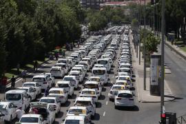 Los taxistas ven «insuficiente» la propuesta de Fomento y mantienen la huelga