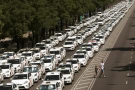 La Castellana, bloqueada por los taxis a la espera de reunión de Fomento