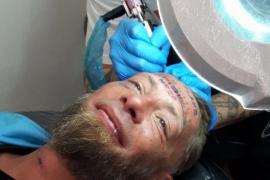 Unos turistas británicos se burlan de un sin techo al pagarle para que se tatúe la frente