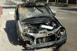 Un coche queda calcinado en Calvià tras chocar por detrás con otro vehículo