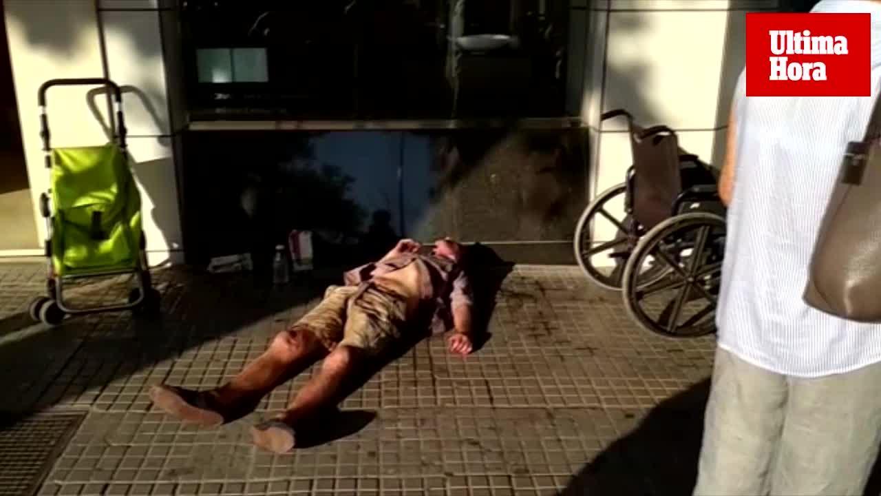 Piden ayuda en Palma para un indigente discapacitado que lleva horas tirado en la calle