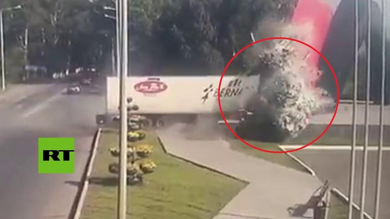 Muere tras estrellar su camión contra un monumento