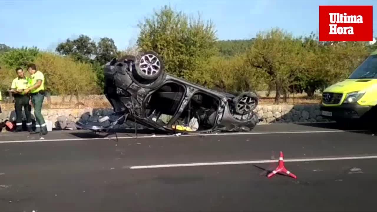 Socorren a un conductor atrapado tras volcar su coche en la carretera de Sóller