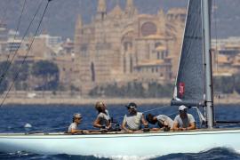 El «Titia», con la infanta Elena a bordo, sigue la estela del «Bribón»