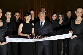 Giorgio Armani inaugura un hotel en  Milán junto a Jessica Alba y Luis Medina