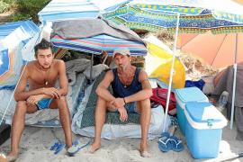 «Estamos en la playa porque los albergues están llenos»