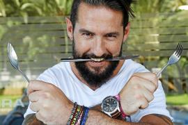 Javier Pérez, presentador de 'Comerse el mundo': «No me gustan los programas de cocina de competición»