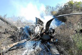 Técnicos de Aviación Civil toman muestras en el lugar donde se estrelló el helicóptero