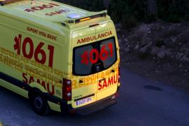 Una paciente golpea a una técnica del 061 en una ambulancia de camino a Son Espases