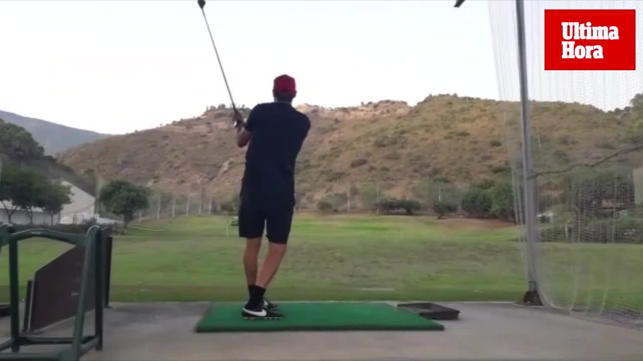 Los jugadores del Mallorca se relajan jugando al golf