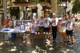 La familia de Paula Fornés empieza la campaña de recogida de firmas