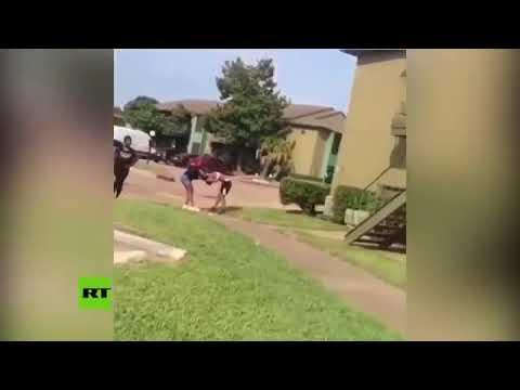 Una madre amenaza con una pistola para defender a su hija