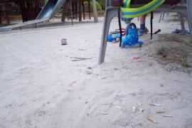 Colillas en los parques infantiles