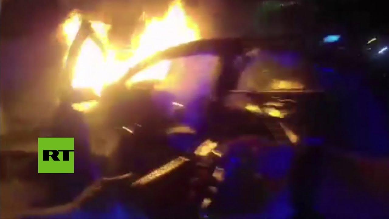 La policía rescata 'in extremis' a un hombre de un coche en llamas