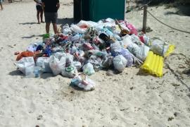 Más basura a montaňas en Es Trenc