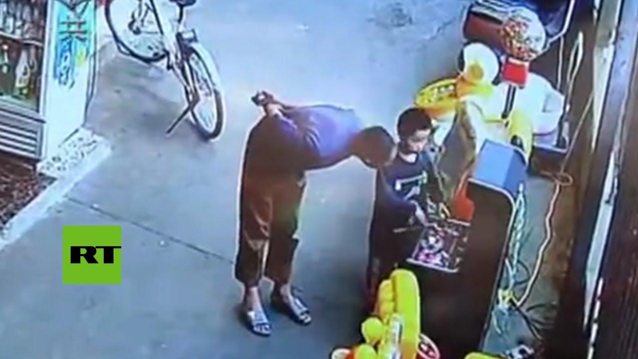 Secuestran a un niño a escasos metros de su padre