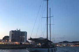 Un velero de 22 metros de eslora encalla en la bocana del puerto de Cala Rajada