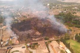 Medios aéreos y terrestres trabajan para extinguir un incendio en Son Anglada